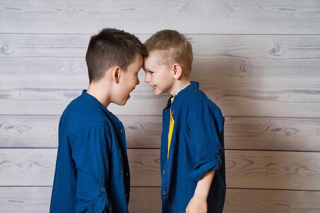 Ritratto di due fratelli in piedi testa a testa