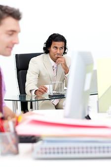 Ritratto di due colleghi che lavorano in ufficio