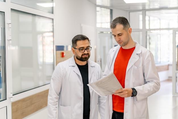 Ritratto di due medici fiduciosi in piedi insieme in ospedale