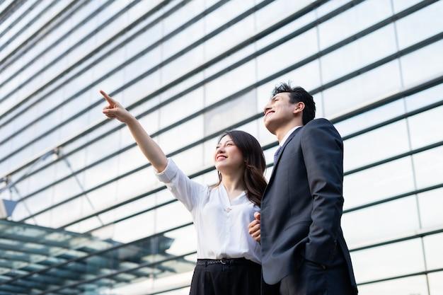 Ritratto di due imprenditori con espressione fiduciosa