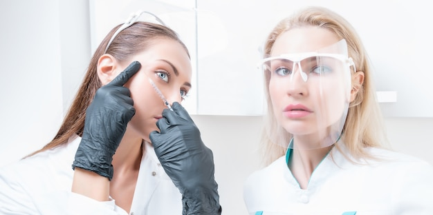 Ritratto di due ragazze in camice bianco. il concetto di cosmetologia, chirurgia plastica, industria della bellezza. tecnica mista