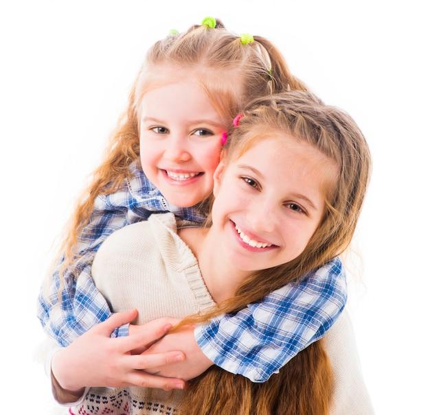 Ritratto di due gioiose belle sorelle