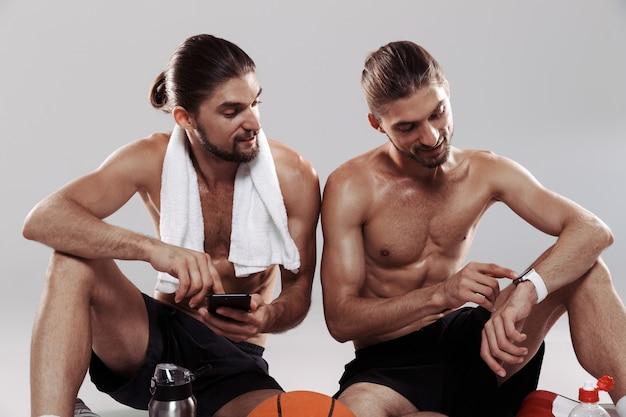 Ritratto di due gemelli muscolosi a torso nudo