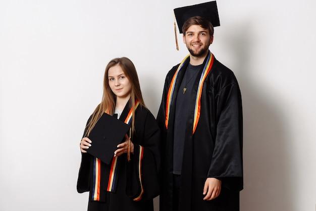 Ritratto di due studenti su sfondo bianco