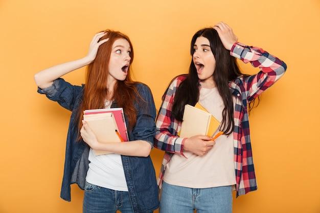 Un ritratto di due giovani donne sorprese della scuola