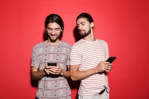 Ritratto di due giovani fratelli gemelli sorridenti curiosi