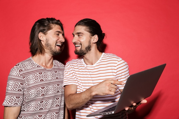 Ritratto di due giovani fratelli gemelli felici
