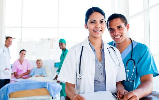 Ritratto di un'équipe medica unita al lavoro