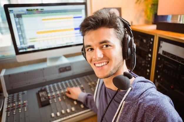 Ritratto di uno studente universitario che mescola audio