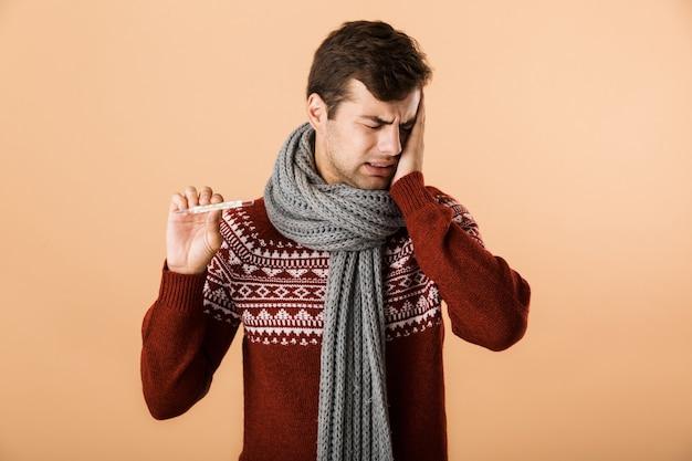 Ritratto di un giovane malato sconvolto vestito di maglione