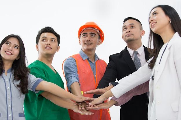 Ritratto di varie professioni si stringono la mano