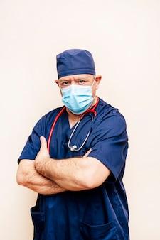 Ritratto di un medico veterano in una tuta da sala operatoria