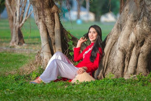 Ritratto del vestito rosso tradizionale dalla ragazza vietnamita, bella giovane donna asiatica che indossa il vietnam