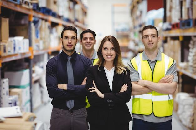 Ritratto del responsabile e dei lavoratori del magazzino in magazzino