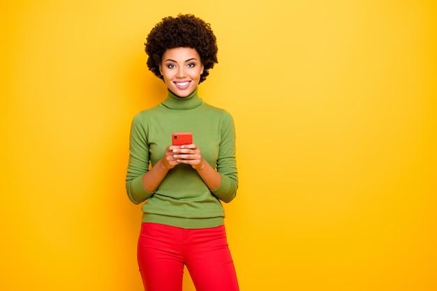 Ritratto di ondulato allegro positivo carino donna abbastanza bella sorriso a trentadue denti in pantaloni rossi che esprimono emozioni sul viso affascinante.