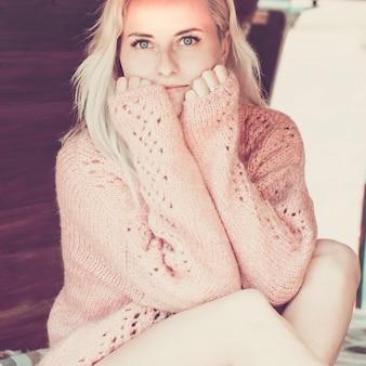 Ritratto o giovane donna caucasica bianca dalla pelle brillante che guarda la telecamera e si abbraccia