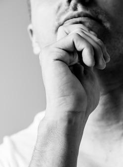 Ritratto dell'uomo bianco che pensa e che contempla concetto
