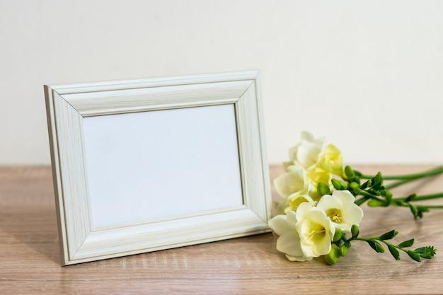 Cornice bianca del ritratto sulla tavola di legno