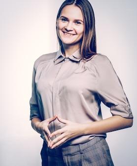 Ritratto di una donna amministratore su sfondo bianco.