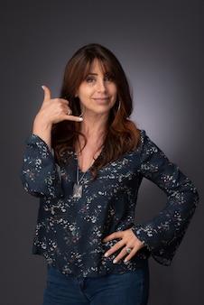 Ritratto di una donna chiamami segnale con la mano