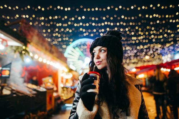 Ritratto di donna alla fata di natale bevendo cioccolata calda