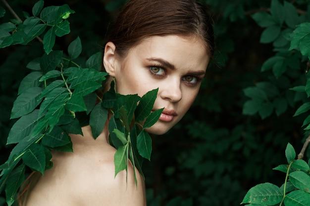 Ritratto di una donna cosmetologia natura foglie verdi glamour lifestyle