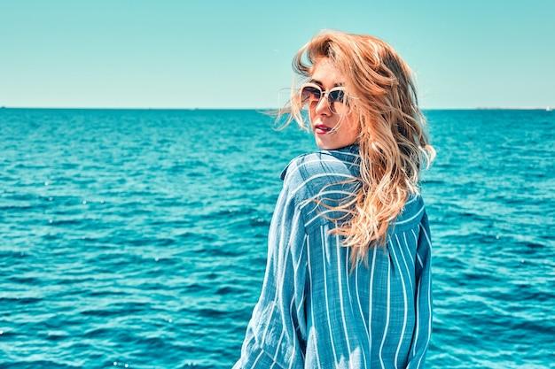 Ritratto di donna su uno yacht da crociera