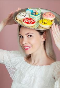 Ritratto di donna che mangia i biscotti