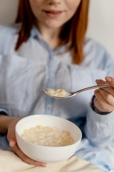Donna del ritratto a mangiare a casa
