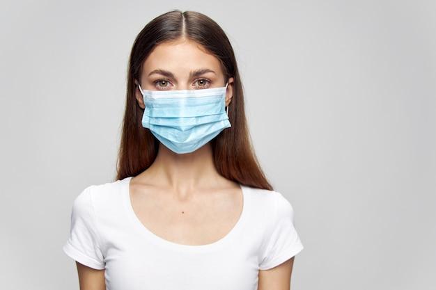 Ritratto di una donna maglietta bianca di sicurezza della maschera di protezione medica