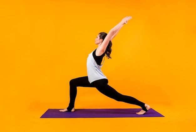 Ritratto di donna esegue esercizi di yoga
