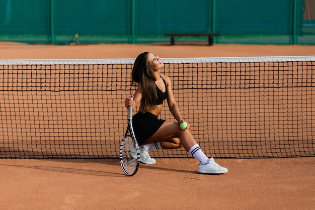 Ritratto di donna giocando a tennis