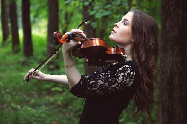 Ritratto di donna che suona il violino