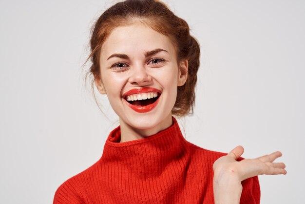 Ritratto di una donna in un maglione rosso lifestyle studio divertente modello