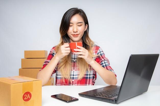 Ritratto di donna che vende scarpe online