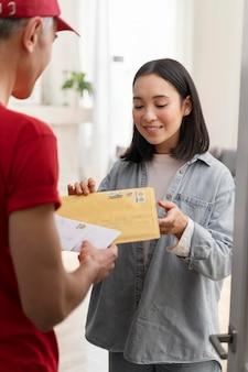 Donna del ritratto che invia lettere dal servizio di consegna