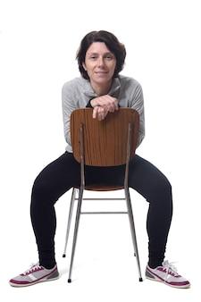 Ritratto di una donna seduta su una sedia in sfondo bianco