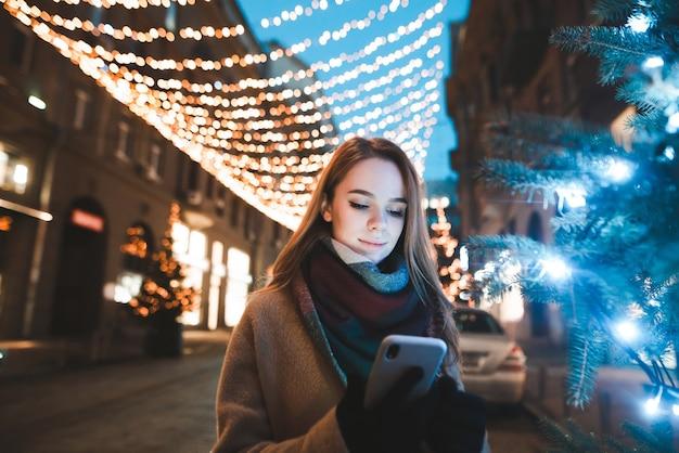 Ritratto di donna in strada nel periodo natalizio