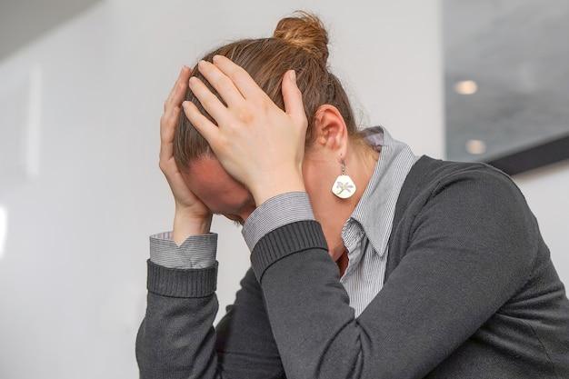 Ritratto di donna che soffre di mal di testa emicrania.