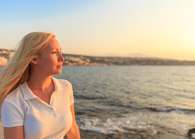 Ritratto di donna in un'estate sullo sfondo