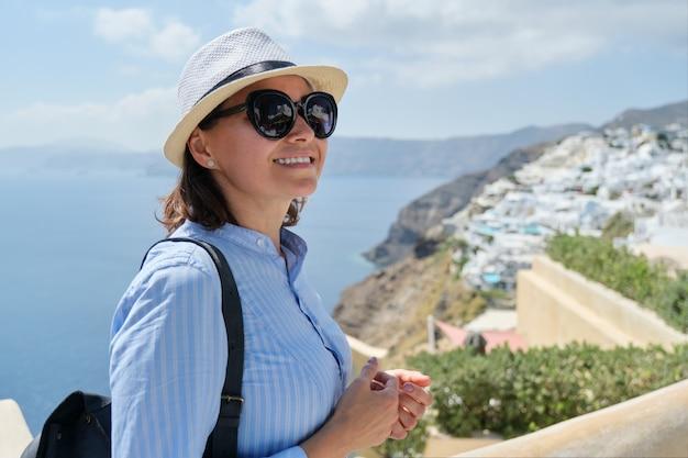 Ritratto di donna che viaggia in crociera di lusso nel mediterraneo