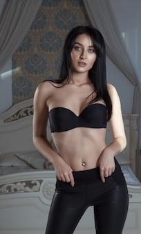 Ritratto di donna che indossa reggiseno senza spalline nero
