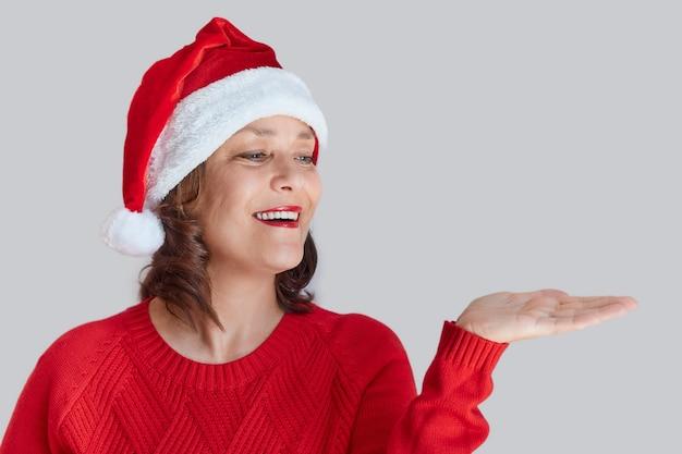 Ritratto di donna che indossa un cappello da babbo natale