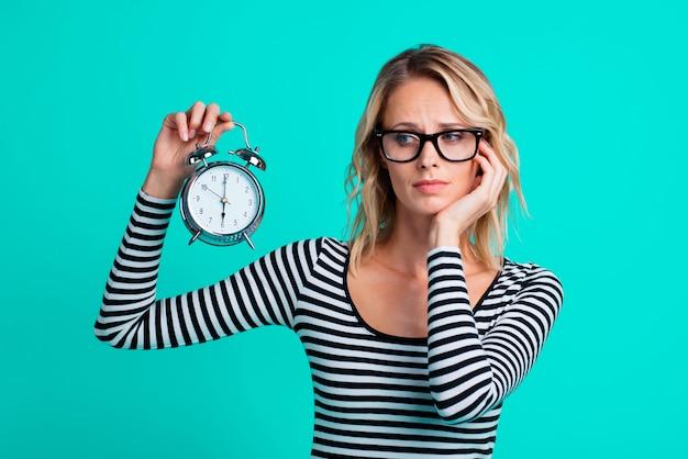 Ritratto di donna che indossa una camicia a righe