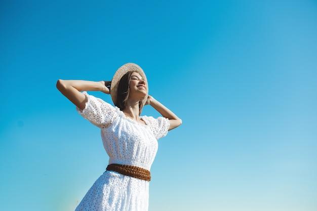 Ritratto di una donna che indossa un abito bianco