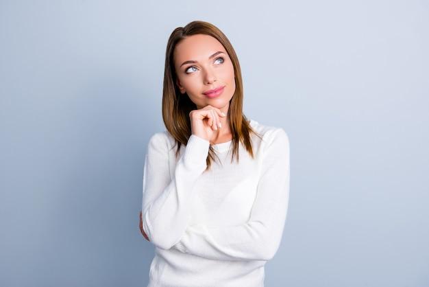 Ritratto di donna in pullover bianco isolato su grigio