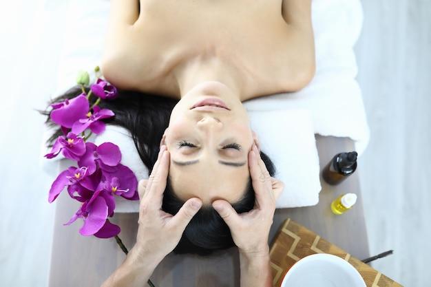 Ritratto di donna che viene massaggiato primo piano