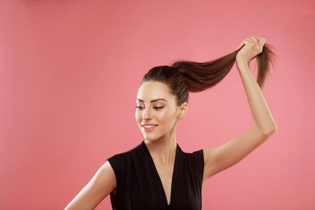 Ritratto di donna con bei capelli lunghi