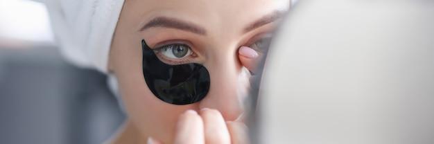 Ritratto di donna con macchie nere sugli occhi che ringiovaniscono il concetto di trattamenti per il viso