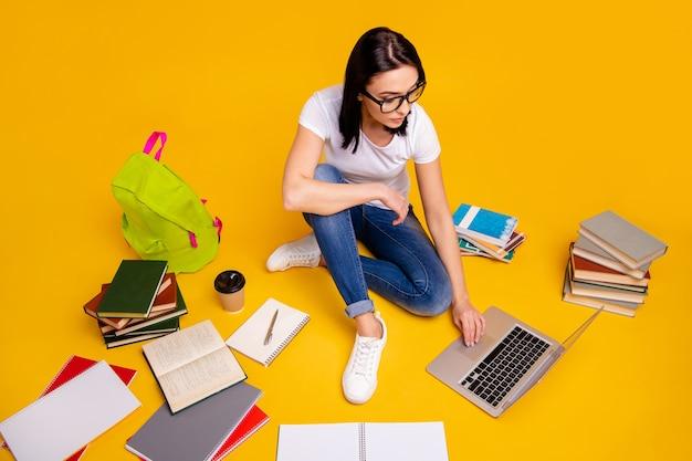 Ritratto di donna con libri e laptop
